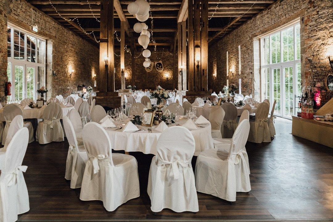 Alles vorbereitet für die Hochzeitsfeier mit in Hussen gehüllte Stühle