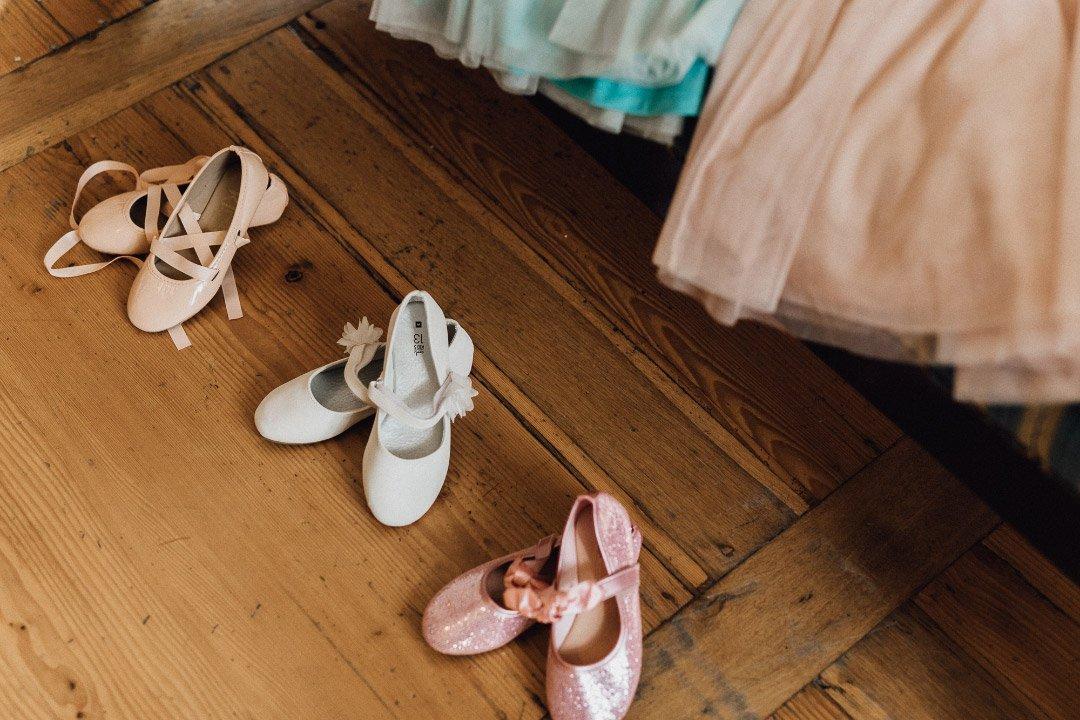 Schuhe und Kleider für die Kinder bei der Hochzeit