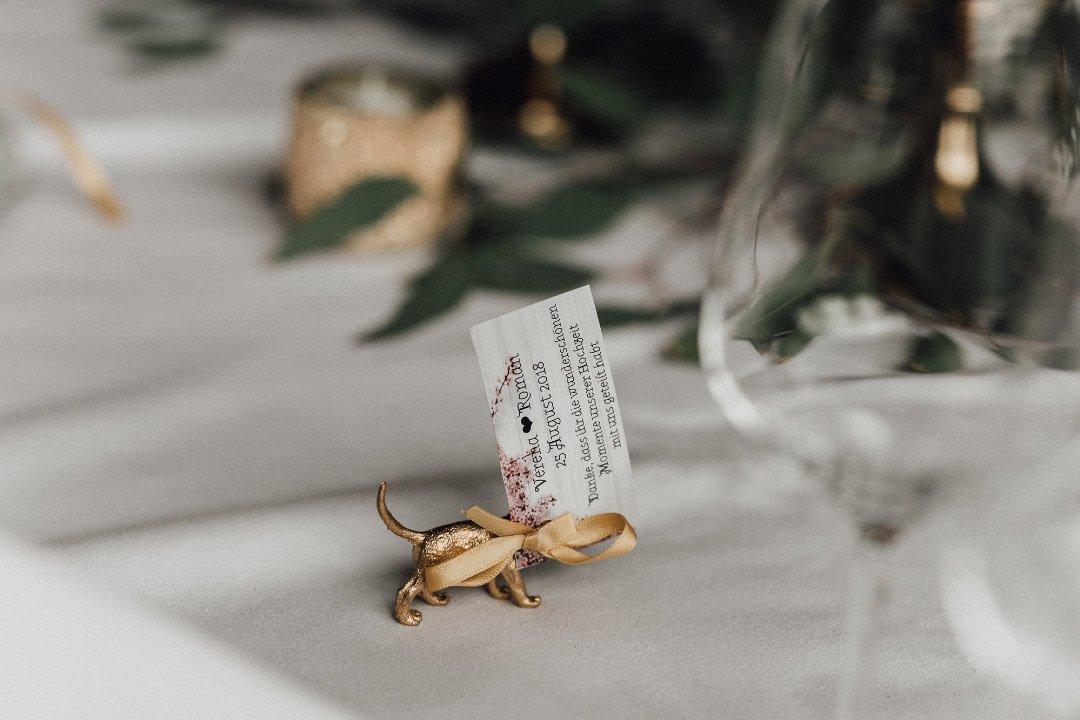 Eine kleine goldene Tier-Figur als Gastgeschenk bei der Hochzeit