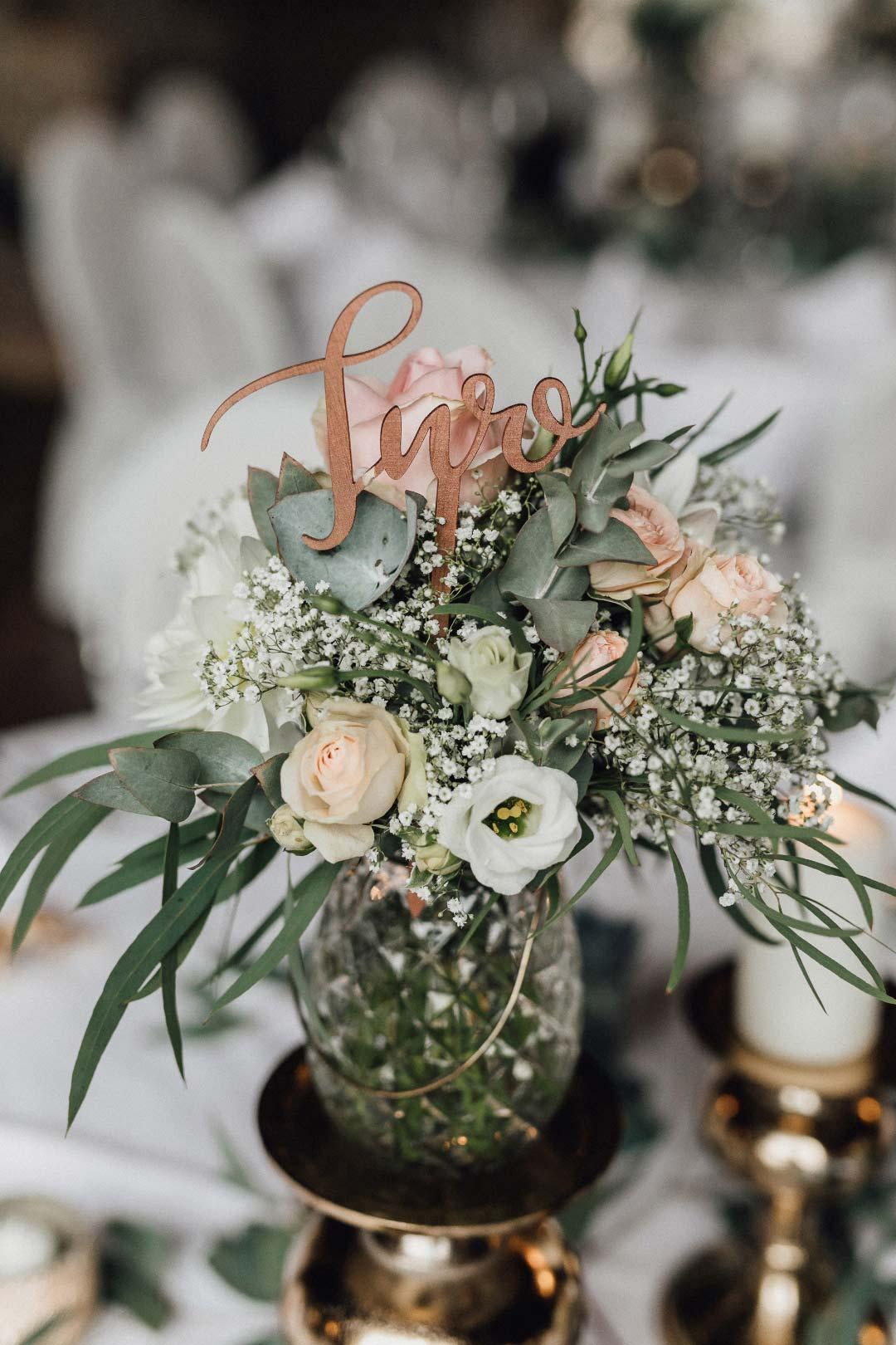 TIschnummer bei der Hochzeit als Stecker in den Blumen