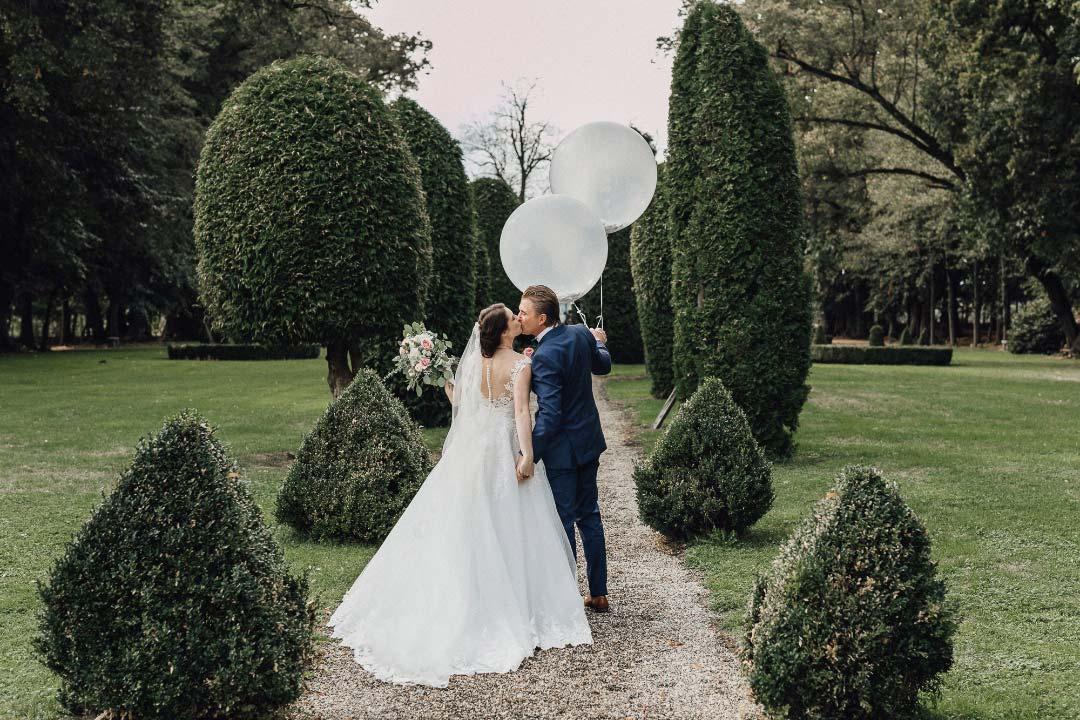 Foto von Braut und Bräutigam mit zwei großen Ballons