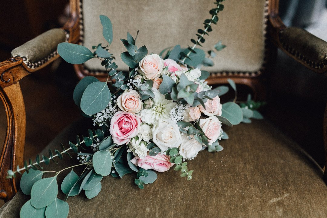 Offener Brautstrauß mit rosa und weißen Rosen