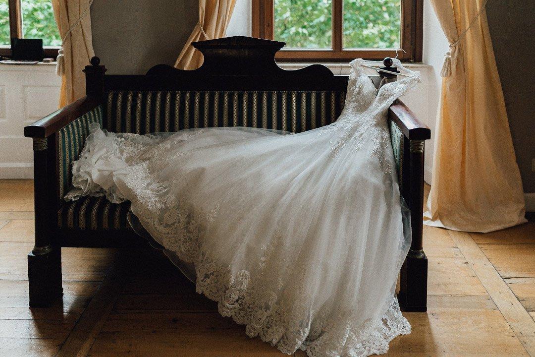Brautkleid beim Getting Ready bevor die Braut es trägt