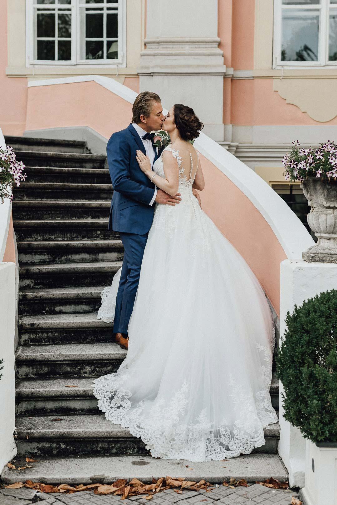 Braut und Bräutigam beim Paarshooting an der Location der Hochzeitsfeier