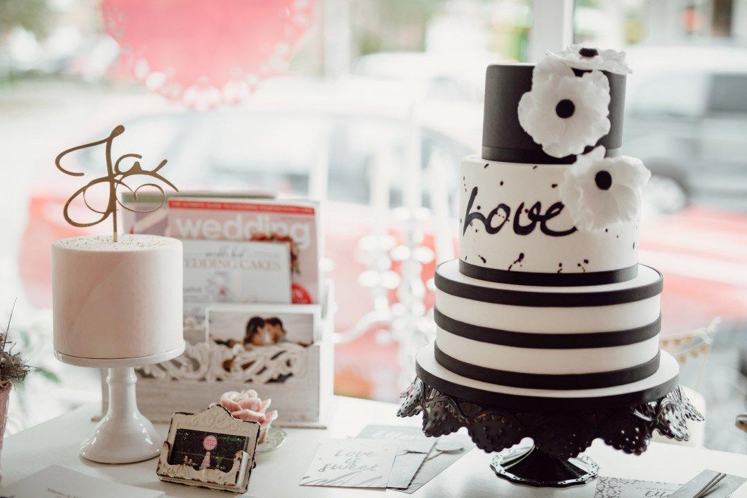 Schwarz Weiße Hochzeitstorte mit Aufschrift Love
