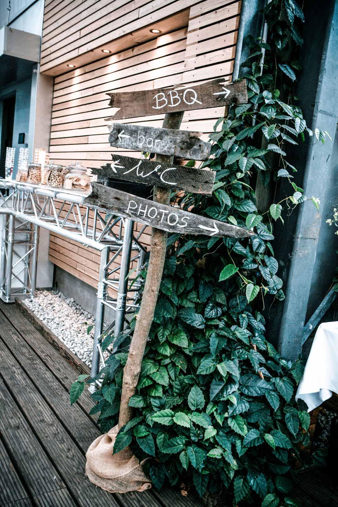 Rustikales Holzschild bei der Hochzeit als Wegweiser