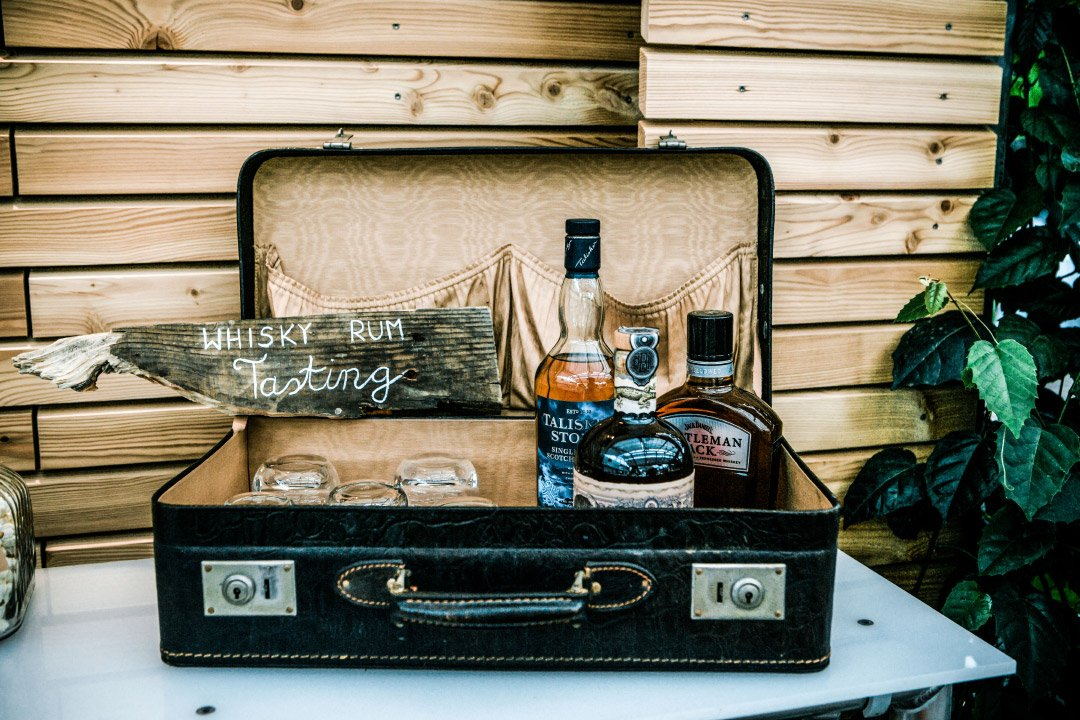 Eine Whisky Bar bei der Hochzeit in einem alten Vintage Koffer
