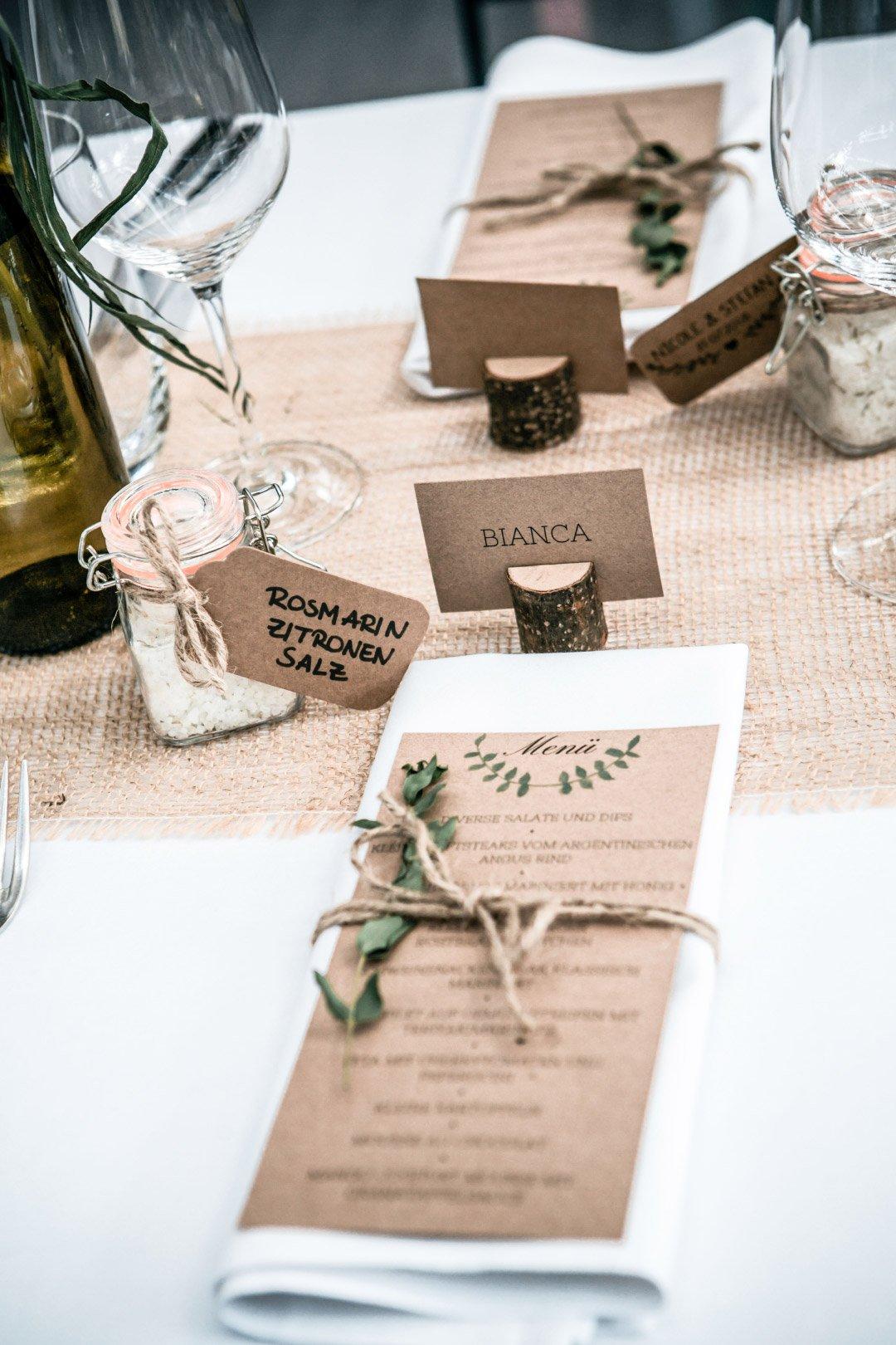 Menükarte aus Kraftpapier bei der Hochzeit