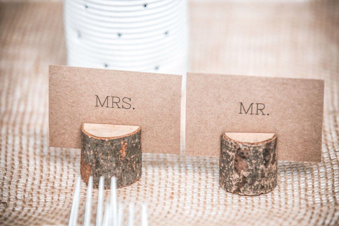 Mrs. und Mr. Platzschild in einem kleinen Holzaufsteller