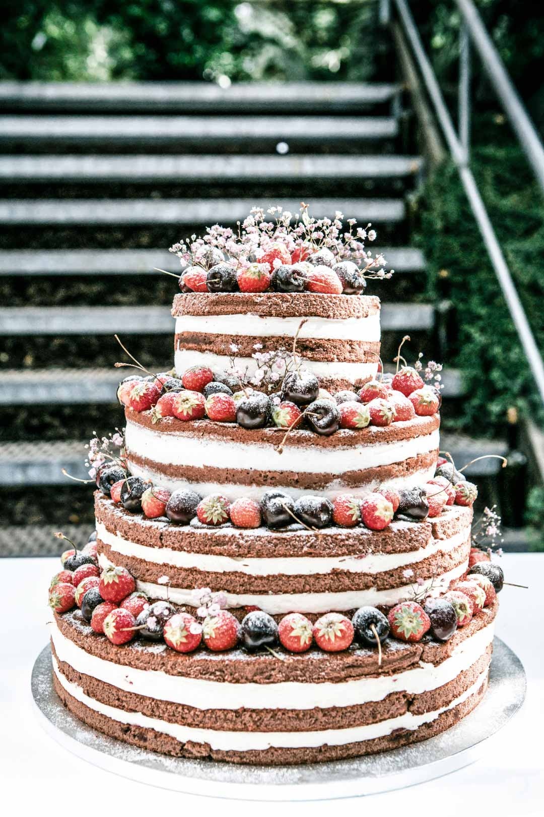 Naked Cake mit drei Etagenb und Beeren als Verzierung
