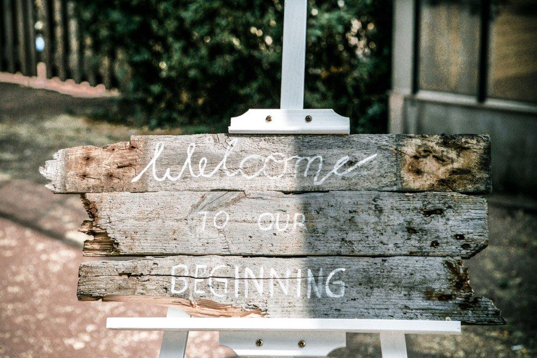 Rustikales Willkommensschild aus Holz bei der Hochzeit
