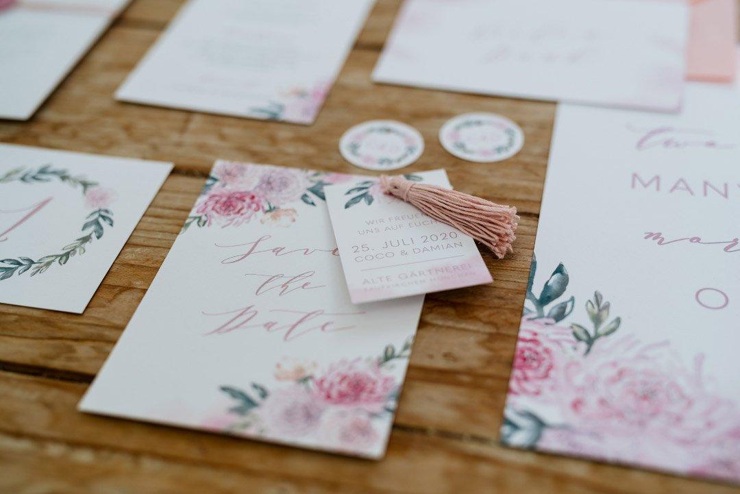 Papeterie in einem blumigen Design mit etwas Rosa als Farbe