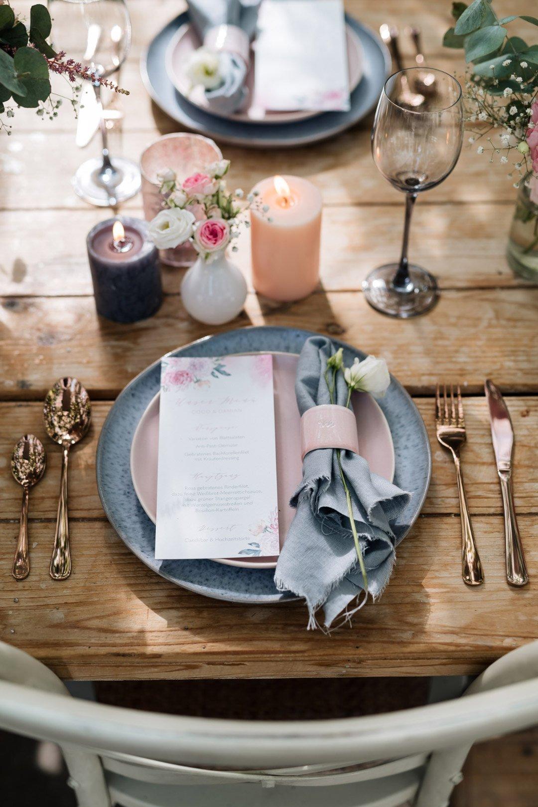 Der gedeckte Tisch für einen Gast bei der Hochzeit. Mit Serviette und Menükarte