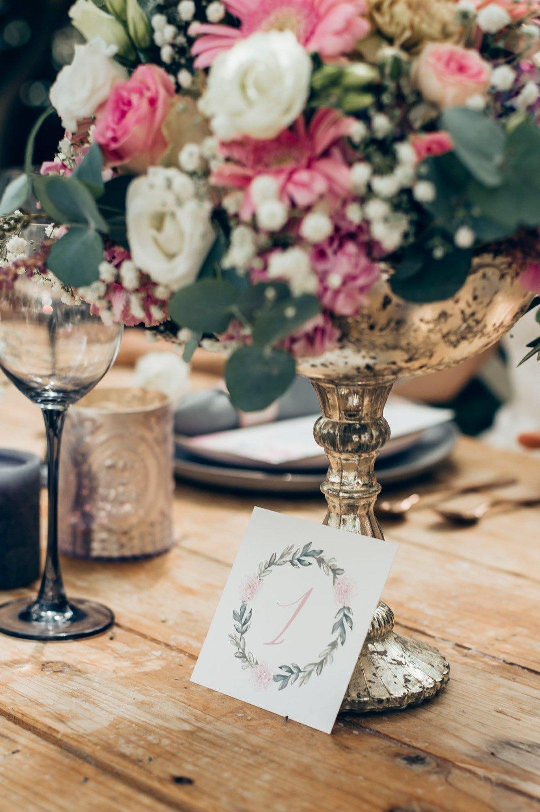 Tischnummer auf einer kleinen Karte ausgedruckt und auf dem Tisch aufgestellt