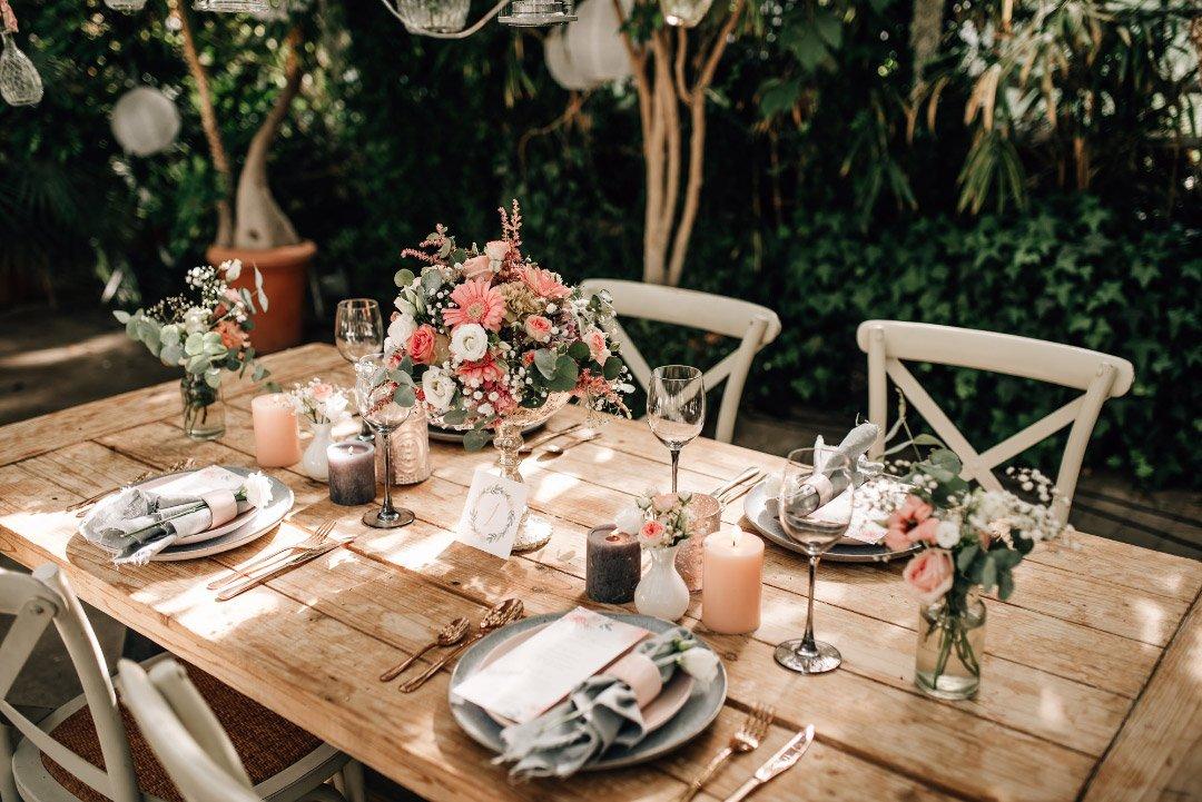 Tischdeko bei der klassischen Hochzeit in einem alten Gewächshaus