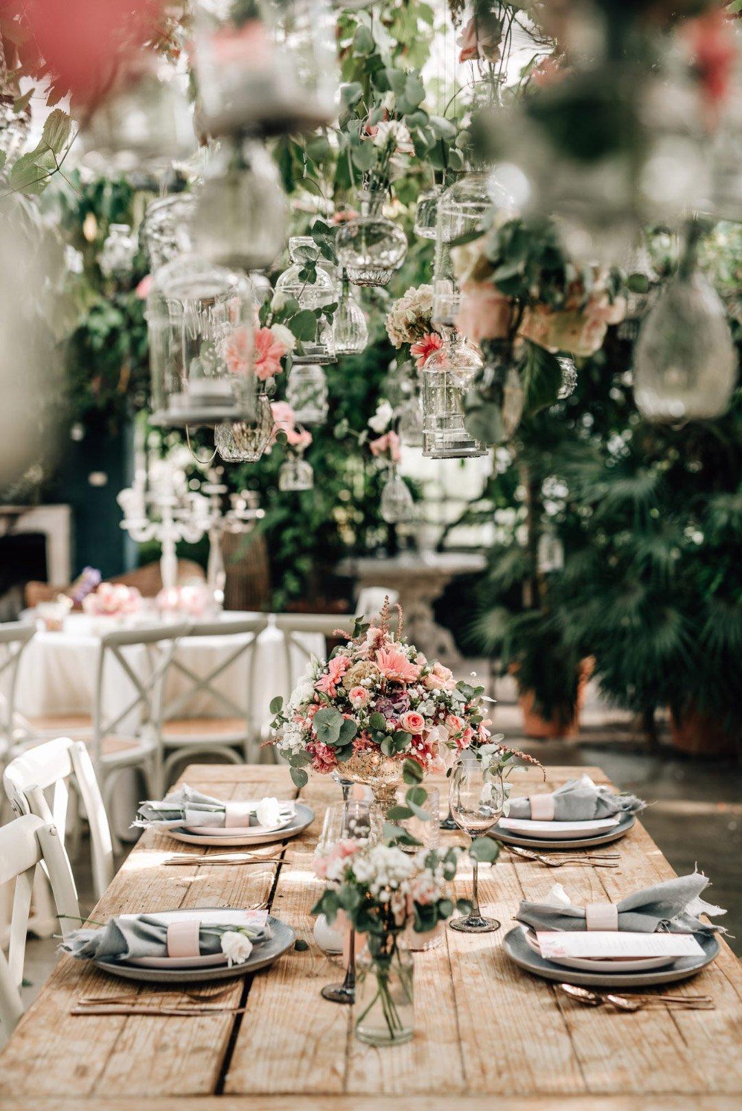 Der fertig dekorierte Tisch zusammen mit der hängenden Dekoration bei der Hochzeit