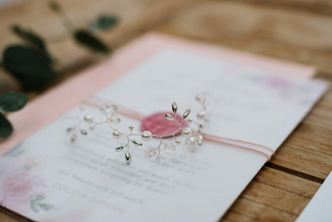 Feiner Haarschmuck auf der Papeterie zur Hochzeit liegend