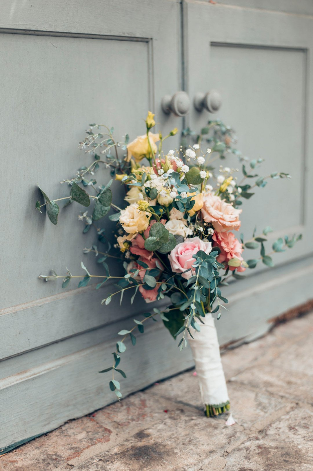 Offener rustikaler Brautstrauß mit Rosen