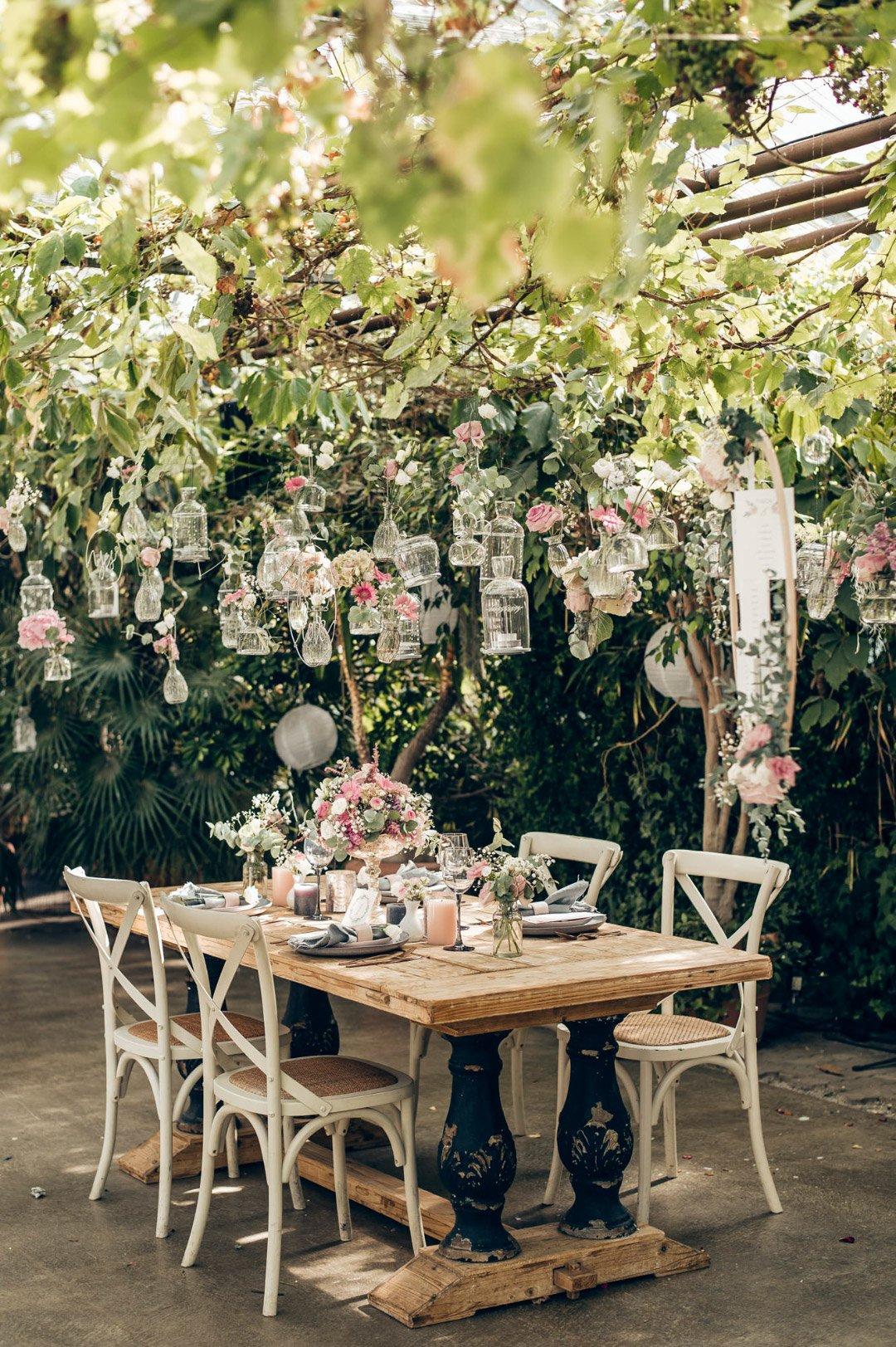 Hochzeitstisch in einem alten Gewächshaus