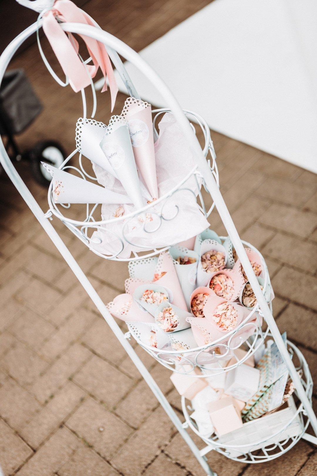 Ständer mit Konfetti-Tüten bei der Hochzeit