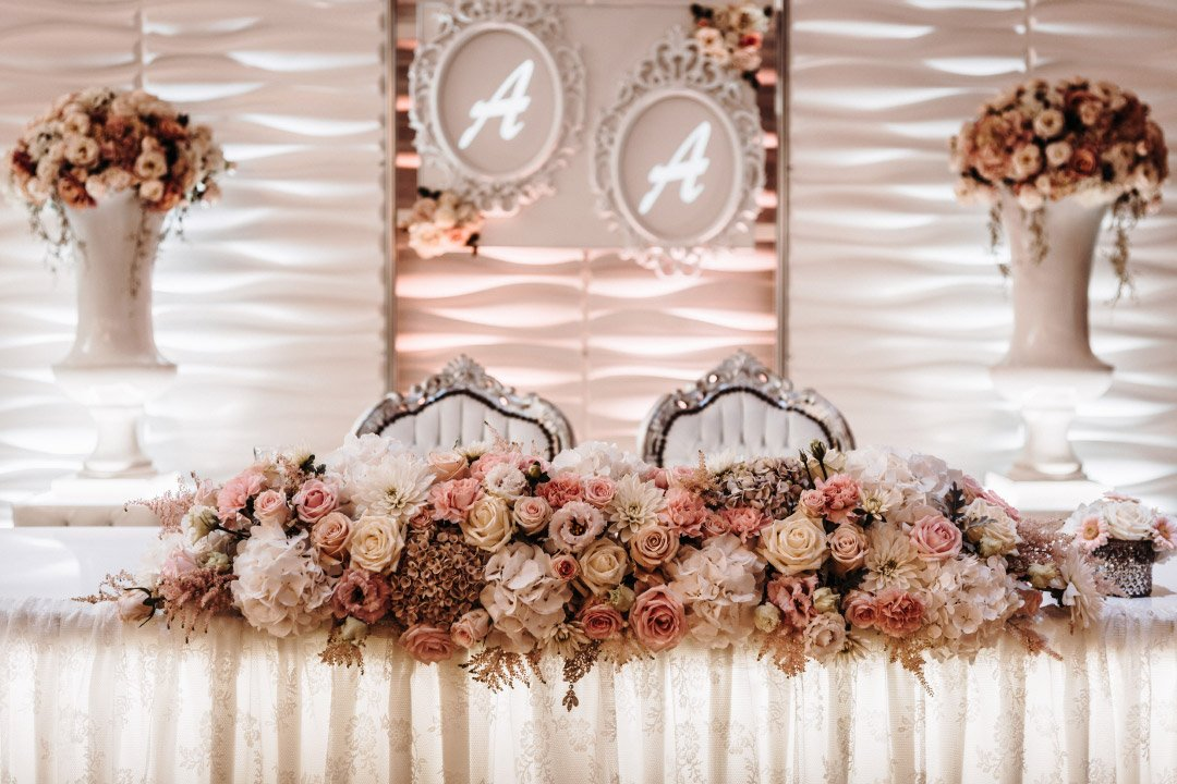 Brautpaartisch am Tag der Hochzeit für Braut und Bräutigam