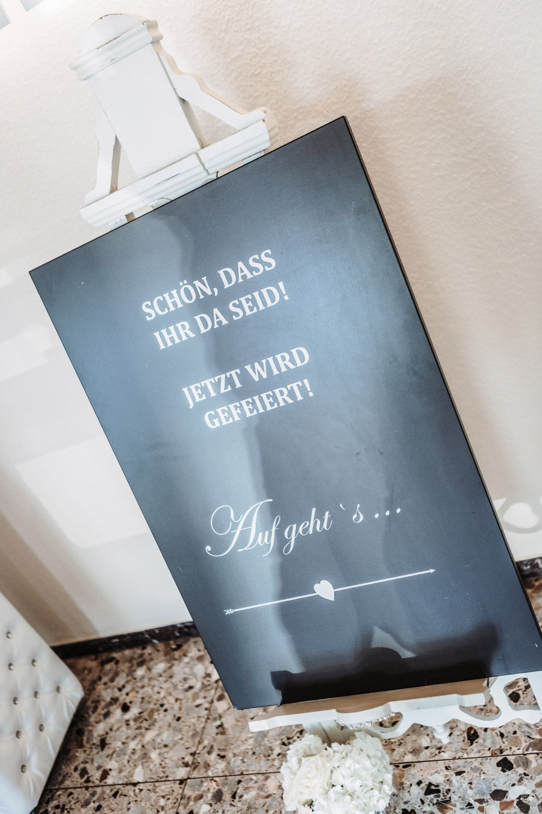 Eine Tafel als Willkommensschild bei der Hochzeitsfeier