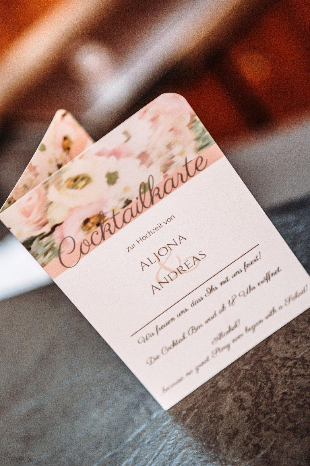 Cocktailkarte bei der Hochzeit in einem blumigen Design in Blush, Rose und Pastell