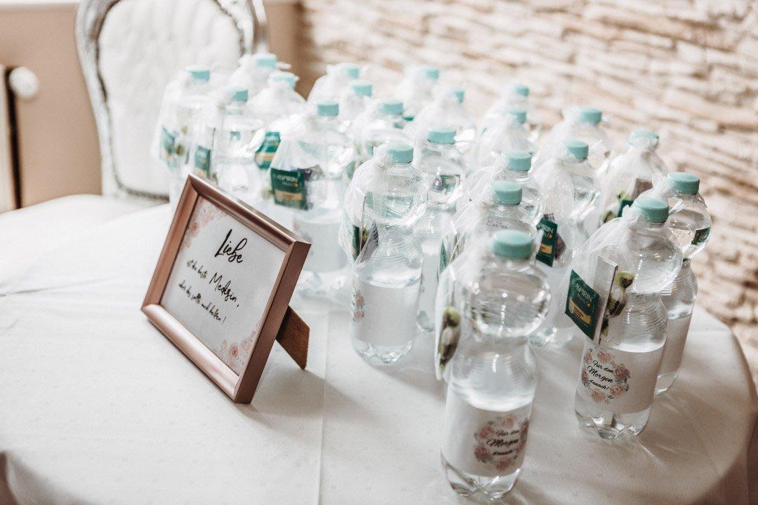Hangover-Kit bei der Hochzeit mit Wasser uns eine Tablette gegen den Kater