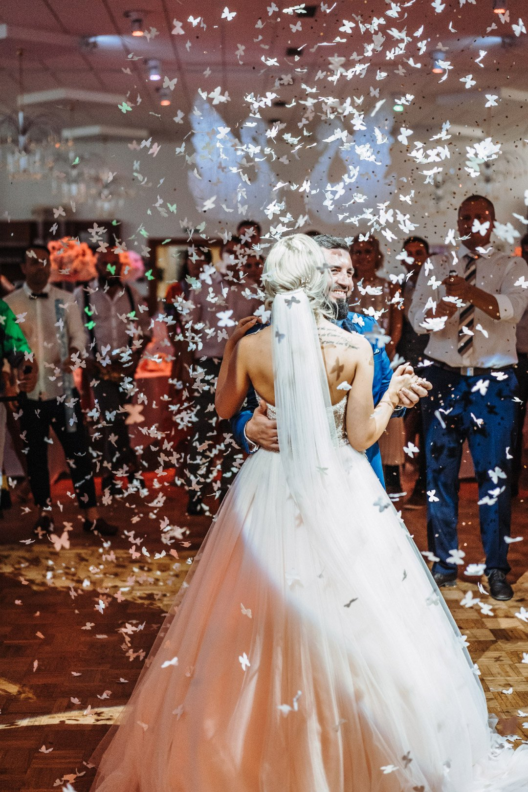 Braut und Bräutigam beim Eröffnungstanz am Tag der Hochzeit
