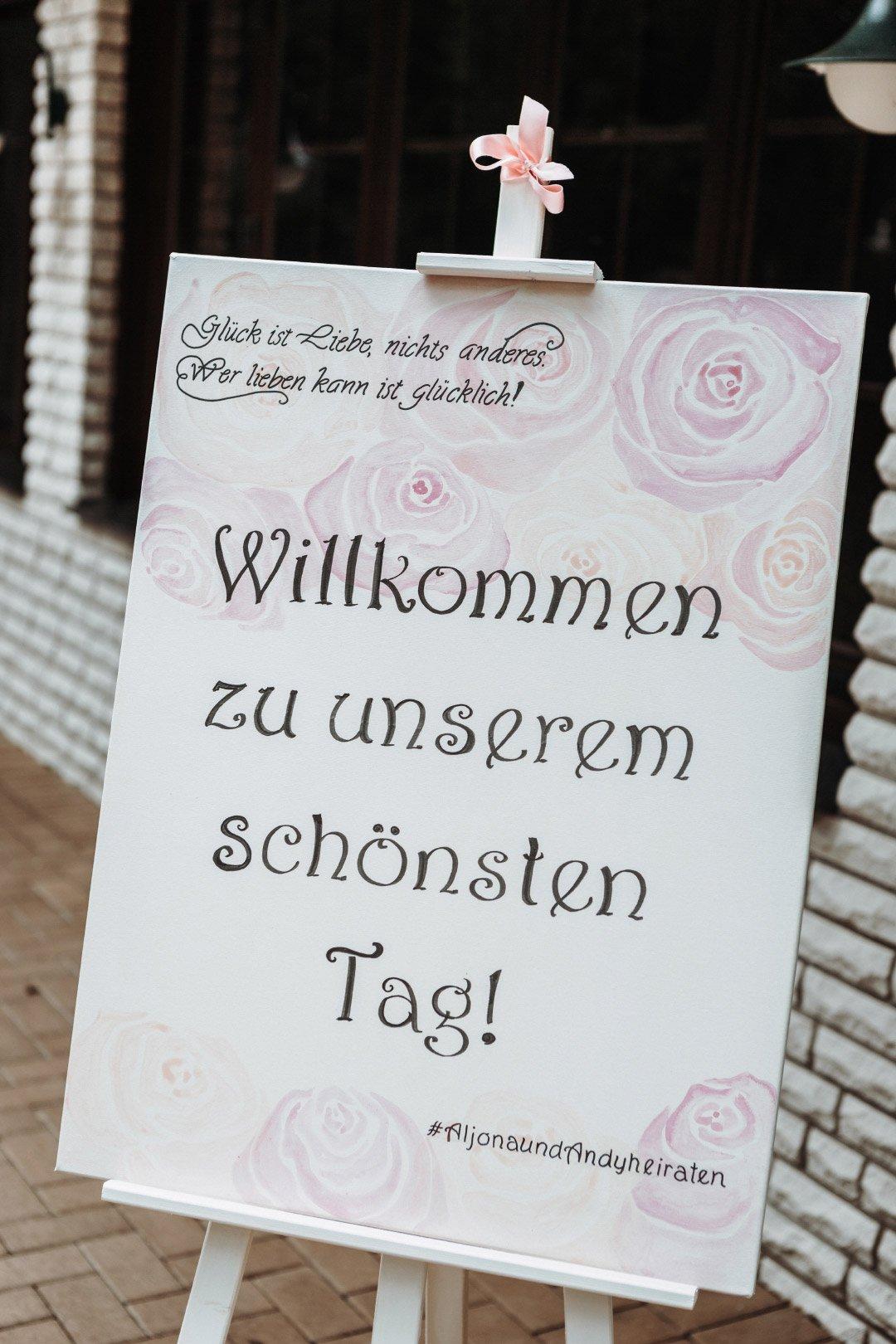 Ein Willkommens Schild bei der Hochzeit