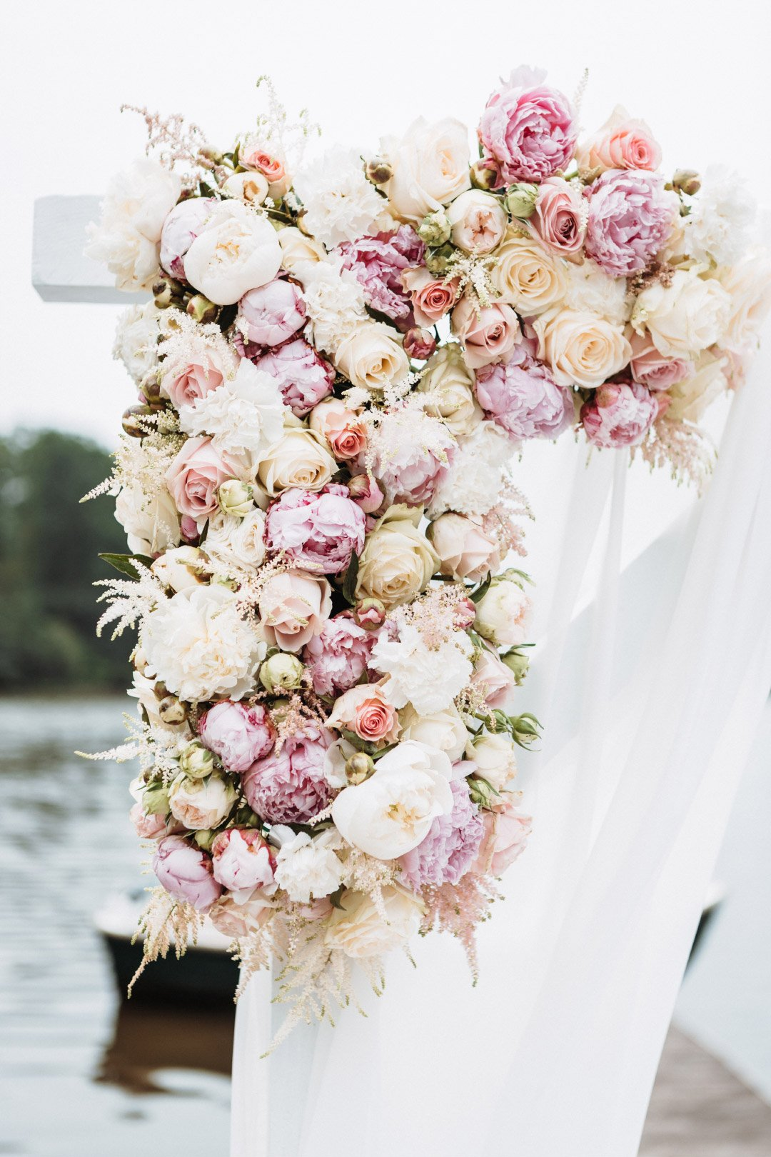 Viele Blumen in Blush, Rose und Pastell am Traubogen