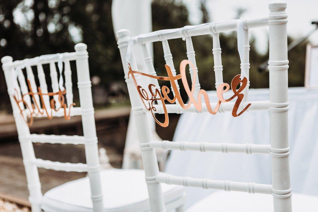 Schriftzug am Stuhl von Braut und Bräutigam