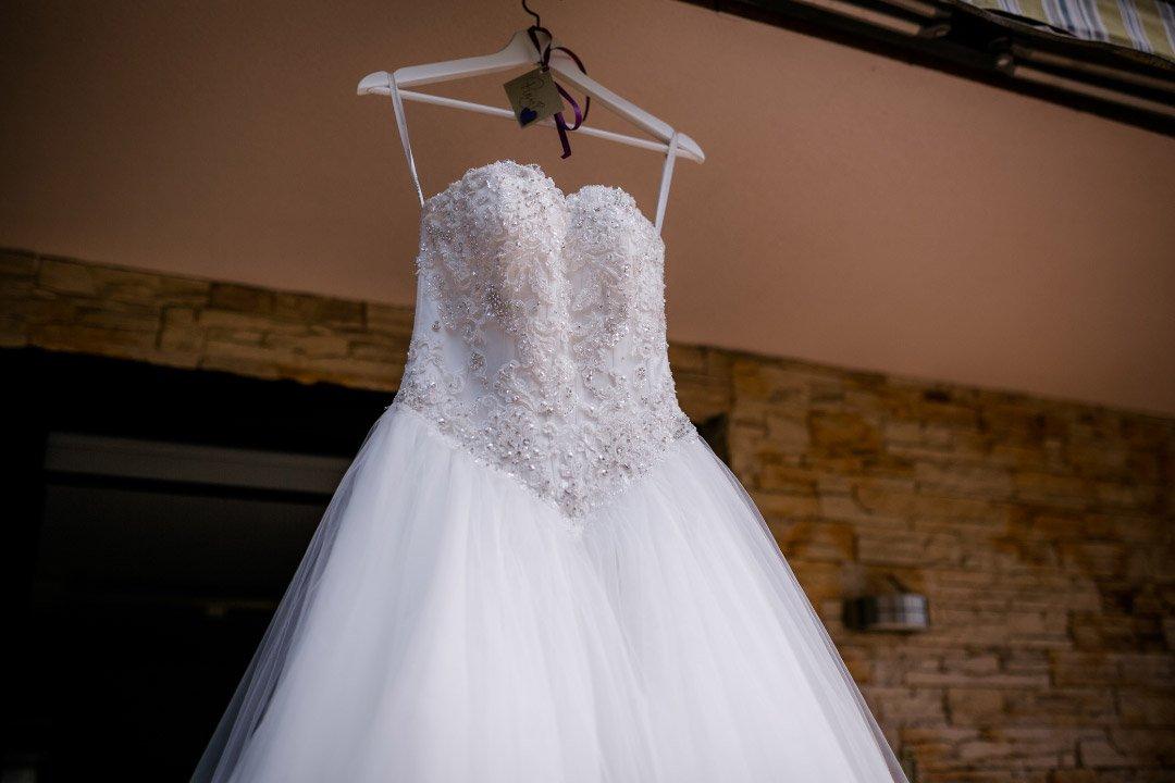 Brautkleid an einem Kleiderbügel aufgehängt beim Getting Ready der Braut
