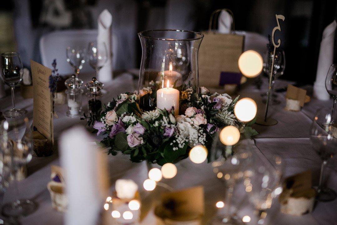 Blumenkranz als Tischdeko bei der Hochzeit