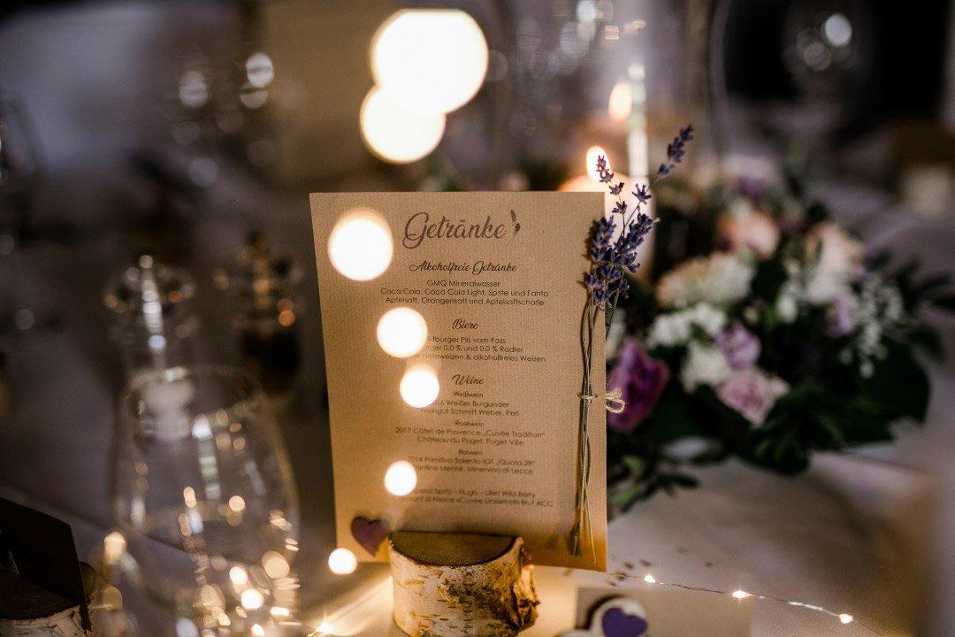 Menükarte auf Kraftpapier gedruckt bei der Hochzeit