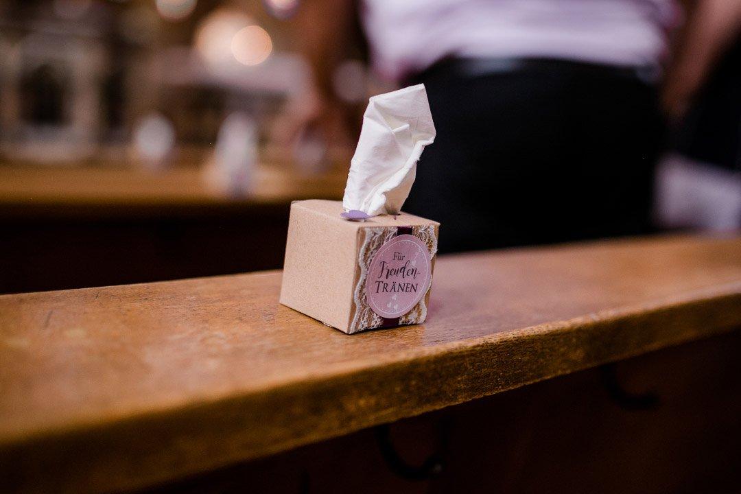 Freudentränen Box mit Taschentüchern bei der kirchlichen Hochzeit