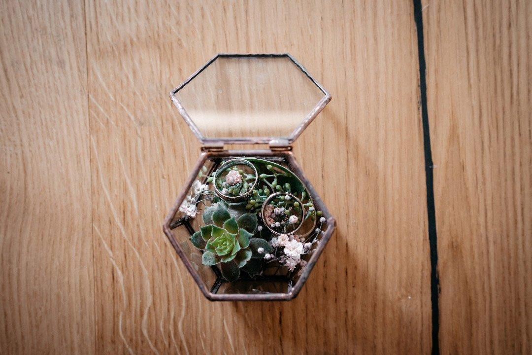 Eine kleine Schatulle aus Glas als alternatives Ringkissen bei der Hochzeit