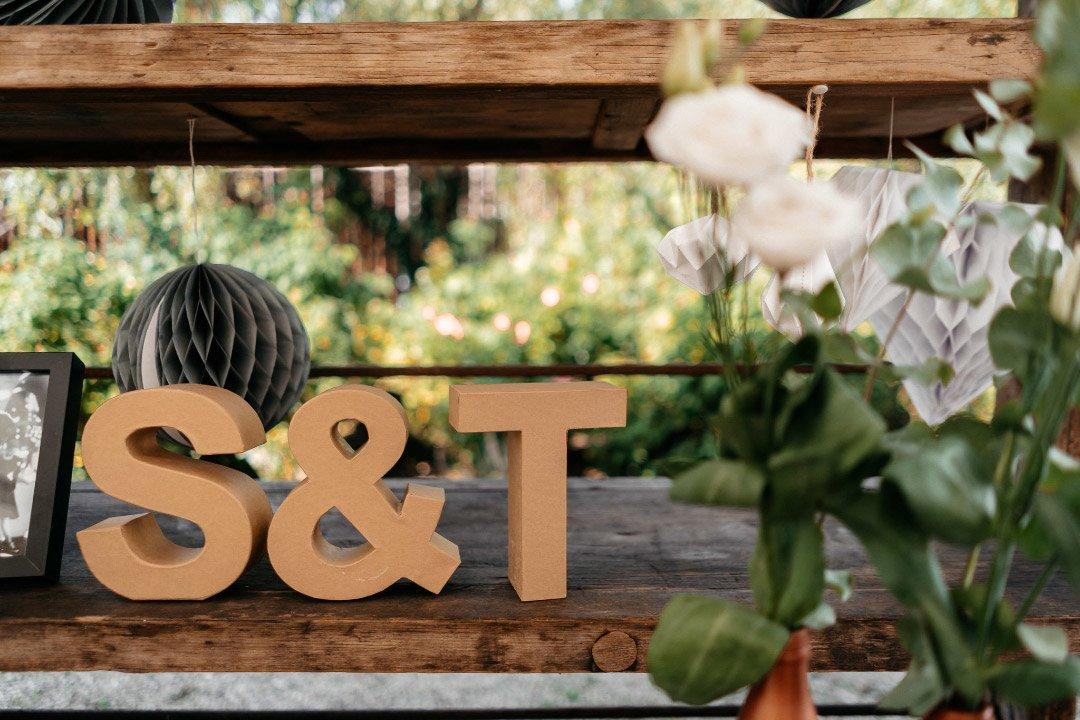 Pappaufsteller mit den Initialen von Braut und Bräutigam bei der Hochzeit