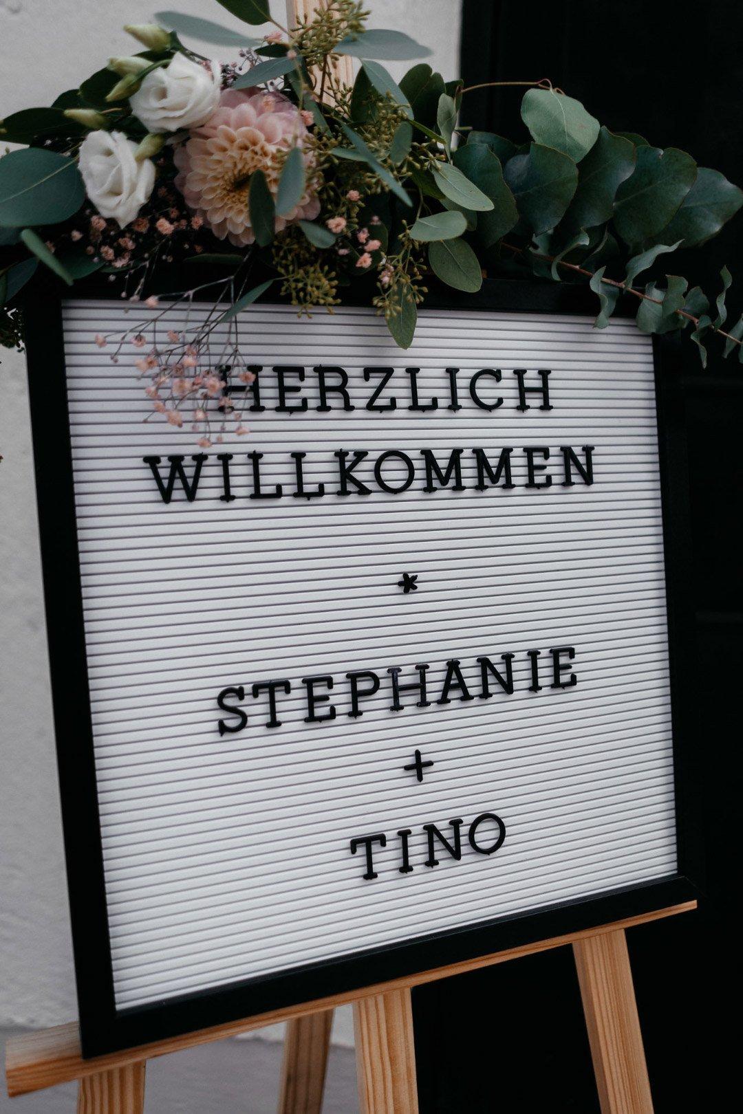 Herzlich Willkommen Schild für den Empfang der Gäste bei der Hochzeit