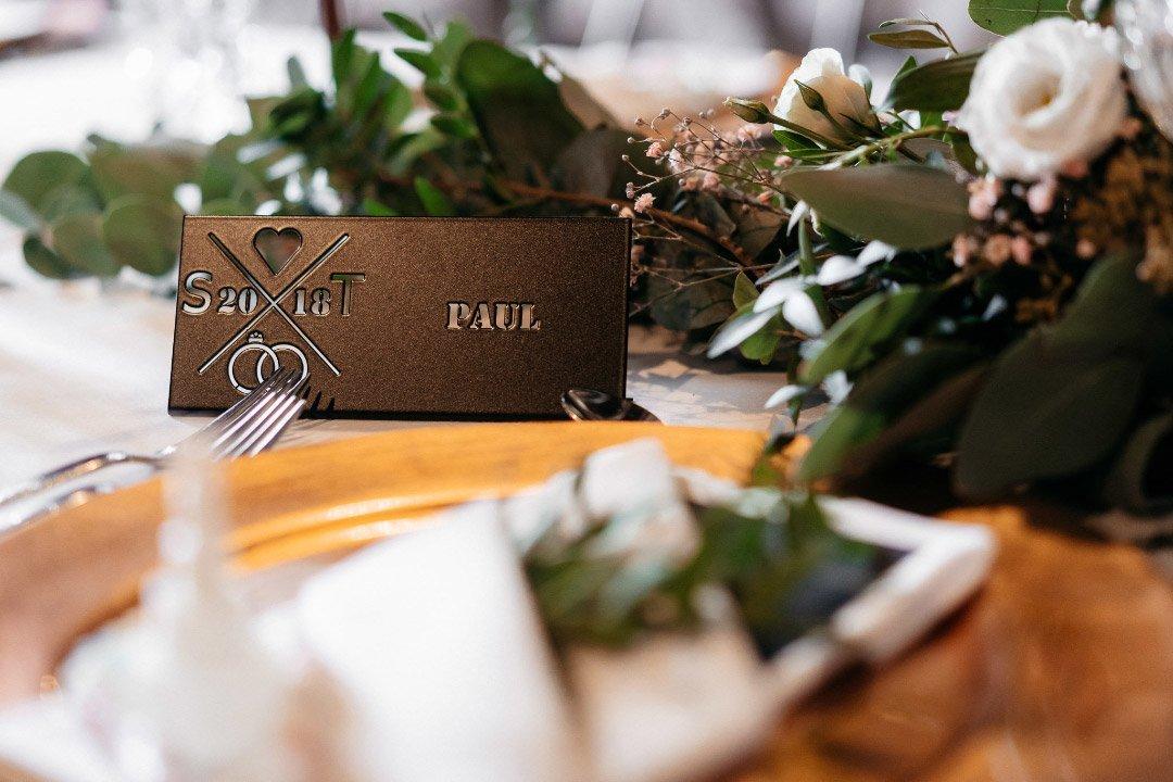 Dekoration aus gelasertem Edelstahl auf dem Tisch bei der Hochzeit