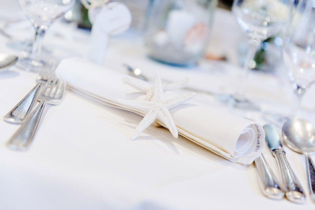 Hochzeit im maritimen Stil: Tischdeko mit Muscheln