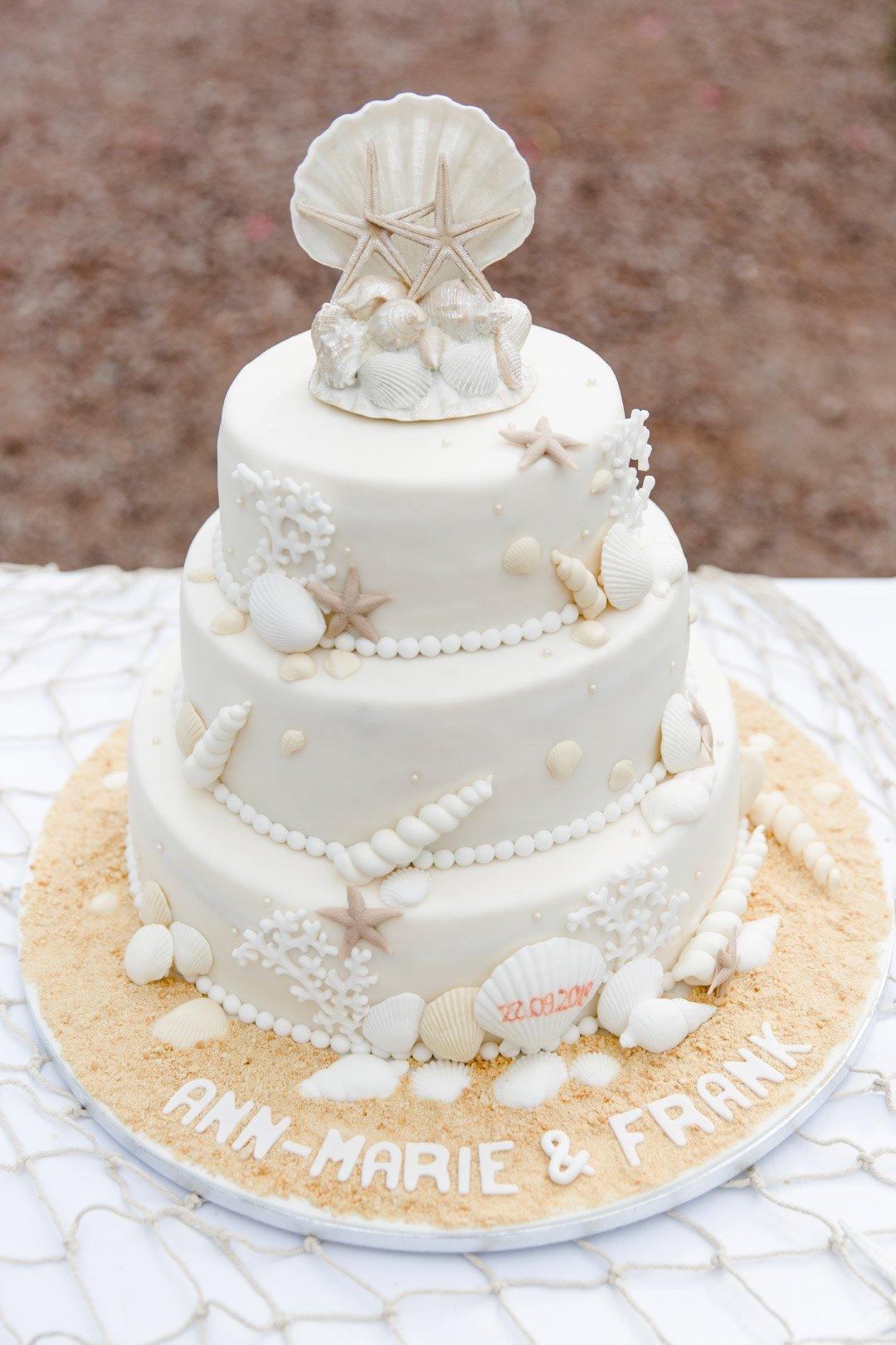 Hochzeit im maritimen Stil: Hochzeitstorte mit Muscheln