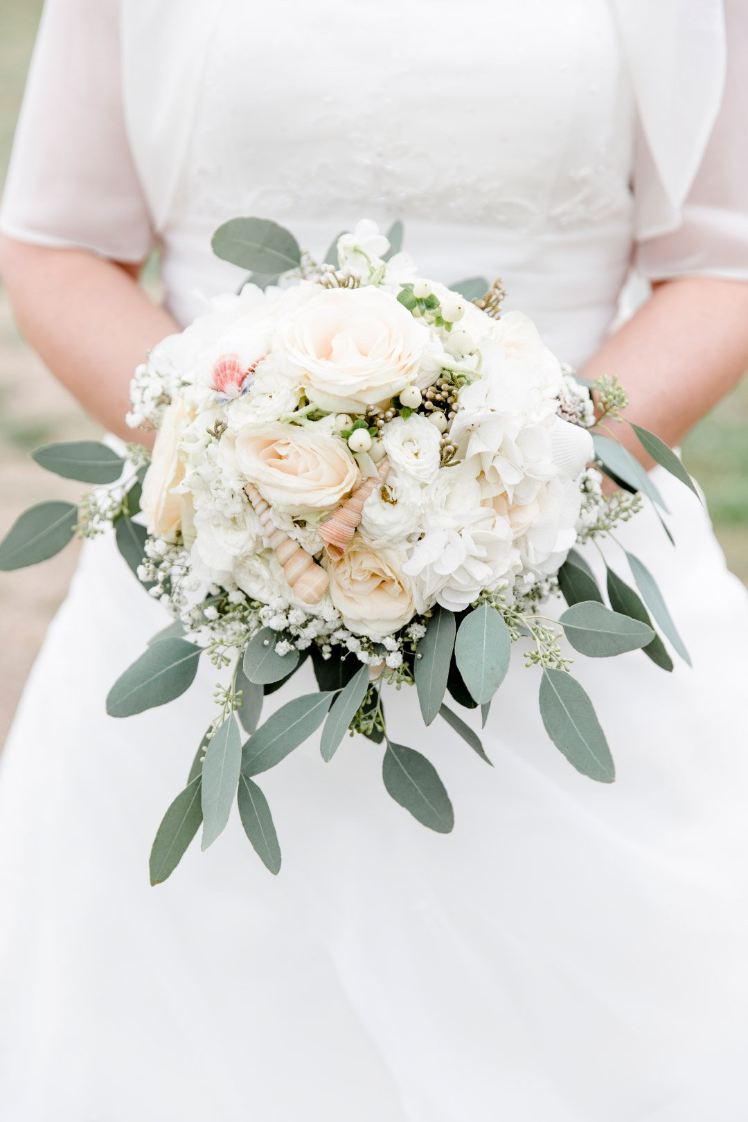Hochzeit im maritimen Stil: Brautstrauß mit Muscheln