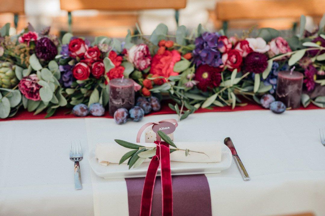 Tischdeko bei der Spätsommer Hochzeit in kräftigen Farben