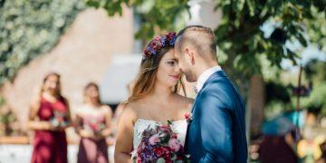 Hochzeit mit kräftigen Farben im Summer-Wine Stil