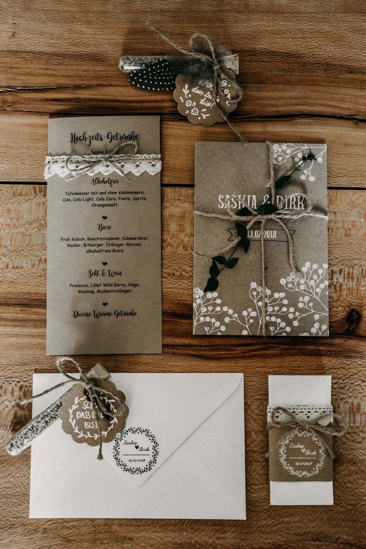 Papeterie mit Kraftpapier für die Boho-Hochzeit auf dem Bauernhof