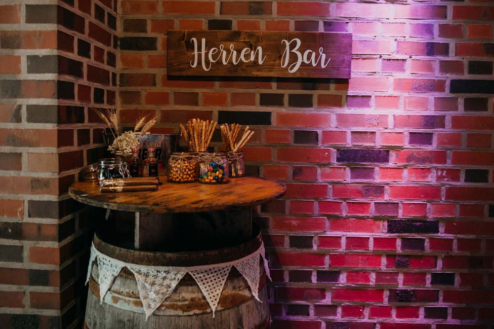 Herren Bar bei der Boho-Hochzeit auf dem Bauernhof
