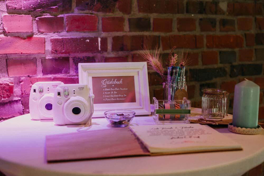Gästebuch mit Sofortbildkamera bei der Boho-Hochzeit auf dem Bauernhof