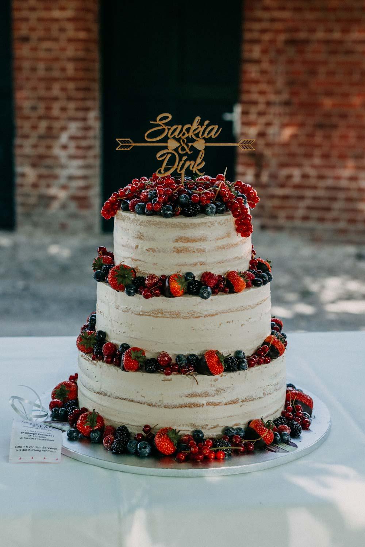 Semi-Naked-Cake mit frischen Beeren bei der Boho-Hochzeit auf dem Bauernhof