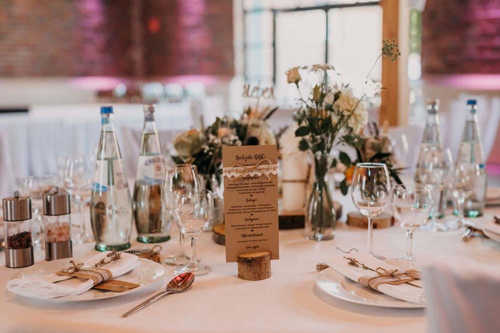 Tischdeko bei der Boho-Hochzeit auf dem Bauernhof